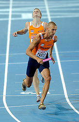 01-08-2010 ATLETIEK: EUROPEAN ATHLETICS CHAMPIONSHIPS: BARCELONA <br /> Netherlands is seventh in the 4 x 400 meters relay, Dennis Spillekom gives the baton to Robert Lathouwers<br /> ©2010-WWW.FOTOHOOGENDOORN.NL