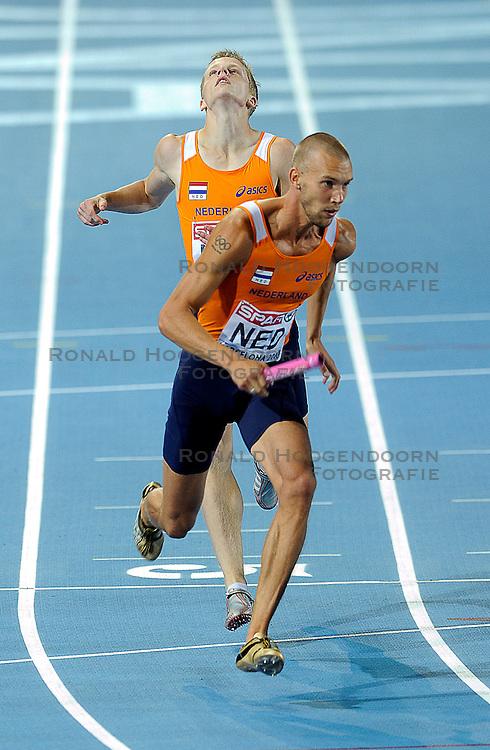 01-08-2010 ATLETIEK: EUROPEAN ATHLETICS CHAMPIONSHIPS: BARCELONA <br /> Netherlands is seventh in the 4 x 400 meters relay, Dennis Spillekom gives the baton to Robert Lathouwers<br /> ©2010-WWW.FOTOHOOGENDOORN.NL