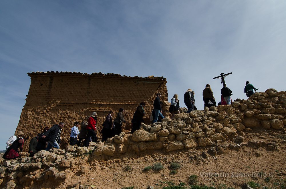 Via Crucis of Cetina (Zaragoza) climbing to a threshing floor outside the town following the stations of the cross.