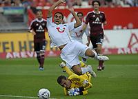 BILDET INNGÅR IKKE I FASTAVTALENE PÅ NETT MEN MÅ KJØPES SEPARAT<br /> <br /> Fotball<br /> Tyskland<br /> Foto: imago/Digitalsport<br /> NORWAY ONLY<br /> <br /> 13.08.2011 <br /> 1.Bundesliga Saison 2011/2012, 2.Spieltag, 1.FC Nürnberg - Hannover 96, im Easy-Credit-Stadion Nürnberg. <br /> <br /> Torwart Raphael Schäfer (Nürnberg) holt Mohammed Abdellaoue (Hannover) von den Füßen