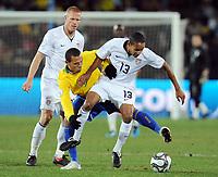Fotball<br /> Brasil v USA<br /> Foto: Witters/Digitalsport<br /> NORWAY ONLY<br /> <br /> 28.06.2009<br /> <br /> v.l. Jay Demerit (USA), Luis Fabiano, Ricardo Clark<br /> Fussball Confederations Cup 2009 in Suedafrika, Finale USA - Brasilien