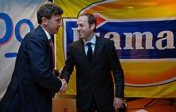 12-05-2005 VOLLEYBAL: TEAMPRESENTATIE: AMSTELVEEN<br /> Onderteking sponsorcontract Diamant <br /> ©2005-WWW.FOTOHOOGENDOORN