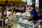 Londyn, 2009-03-06. Stoisko z serami na targu żywność Brought Market,