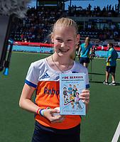 AMSTELVEEN - Fan of the Match met Rutger Vermast,  en het boek De Berries, voor de  finale  Nederland-Australie  van de Pro League hockeywedstrijd dames. COPYRIGHT  KOEN SUYK