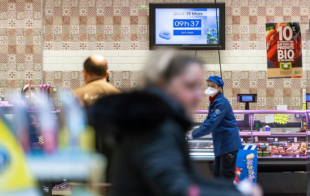 """Ambiance dans le supermarché """"INTERMARCHÉ"""", La Loupe, région Centre, France, le 19 mars 2020, troisième jour de confinement pour lutter contre la propagation du coronavirus Covid-19 en France.<br /> Atmosphere in the """"INTERMARCHÉ"""" supermarket, La Loupe, Center region, France, March 19, 2020, third day of confinement to combat the spread of the Covid-19 coronavirus in France."""