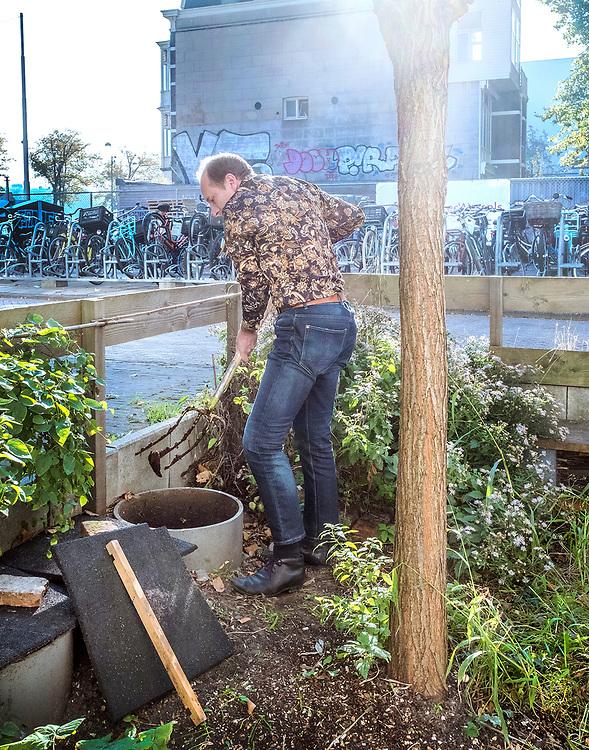 Nederland. Amsterdam, 10-10-2018. Photo: Patrick Post. Repo over Bram Bos, die woont in een gasloos huis in Amsterdam, met duurzame uitvindingen erin, zoals een waterloze wc en silo's voor zijn eigen mest in de tuin.