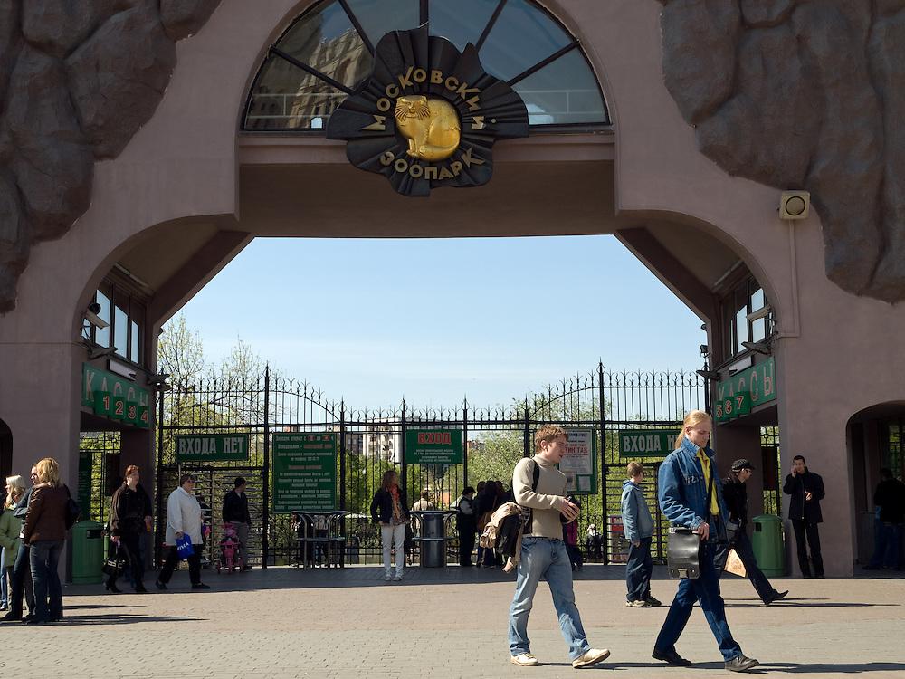 """Der Moskauer Zoo wurde 1864 eröffnet und ist damit der älteste Zoo Russlands. Hier werden rund 1000 Tierarten mit über 6.500 Exemplaren, vom Rotwolf über den Zobel bis zu den Elefanten, gehalten. Im """"Exotarium"""", einer Art Aquarium, kann man Unterwasserwelten samt Fauna tropischer Meere bewundern. Der Zoo wurde von 1990 bis 1997 grundlegend modernisiert und auf seine heutige Fläche von rund 21,5 Hektar erweitert. <br /> <br /> Main etrance of the Mocow Zoo. The Moscow Zoo is the largest and oldest zoo in Russia - It was founded in 1864."""