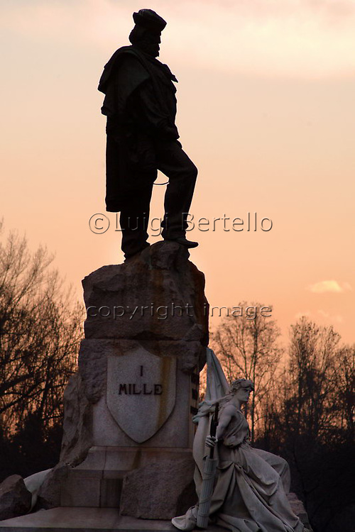 Torino la statua dedicata a Garibaldi ed i Mille in lungopo Cadorna