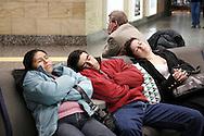 Aeroporto di Malpensa: Passeggeri che dormono in attesa del volo. Malpensa Airport: Passengers who sleep waiting for the flight.