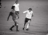 Fotball<br /> Foto: Colorsport/Digitalsport<br /> NORWAY ONLY<br /> <br /> Colin Bell (Eng) and K Deyna (Poland). England v Polen @ Wembley.17/10/1973. World Cup Qualifier