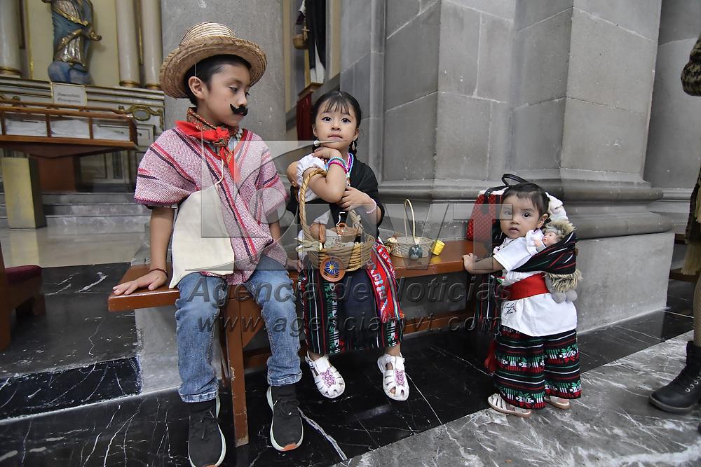Toluca, México.- En conmemoración del tradicional Jueves de Corpus Christi, fieles católicos acudieron a la catedral de la capital mexiquense donde acompañados de sus hijos con atuendos indígenas aprovecharon para tomarse una foto del recuerdo. Agencia MVT / Arturo Hernandez