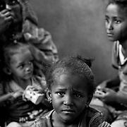 Libye, Syrte le 21-09-11  À proximité d'une mosquée située sur la ligne de front au Nord de Syrte des femmes et des enfants ayant fuit la vallée rouge tentent d'échapper aux combats. Certains de ces réfugiés issus d'une région traditionnellement pro Kadhafi n'étaient à ce jour même pas au courant que leur leader était en fuite et que Tripoli était tombée aux mains des troupes pro CNT.