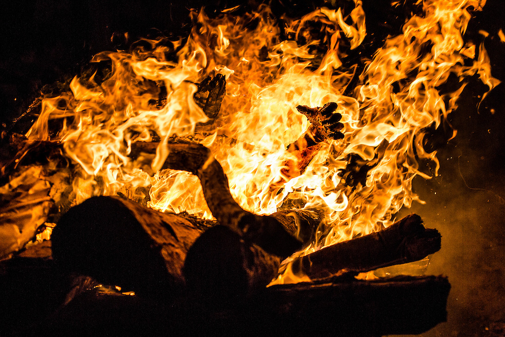 S<br /> ur le ghat de Manikarnika, les bûchers brûlent sans interruption