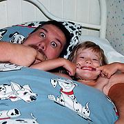 Vader en dochter Linda Janssen in bed gekken bekken trekken.