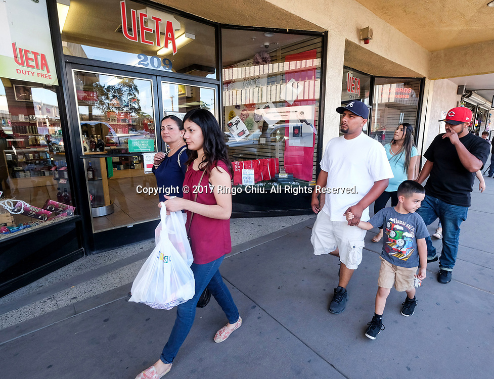 People are seen in Calexico (the US and Mexico border), California on Wednesday April 19, 2017. (Xinhua/Zhao Hanrong)