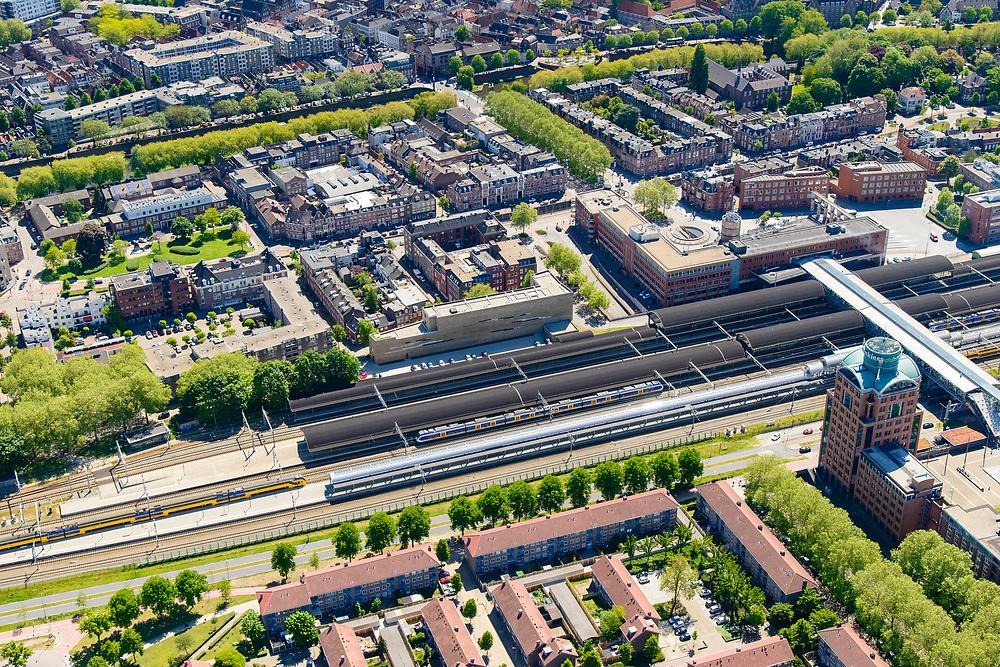 Nederland, Noord-Brabant, Den Bosch, 13-05-2019; NS station Den Bosch en omgeving. Leonardo Da Vinciplein, Parallelweg, zicht op de binenstad.<br /> Railway station Den Bosch and surroundings.<br /> luchtfoto (toeslag op standard tarieven);<br /> aerial photo (additional fee required);<br /> copyright foto/photo Siebe Swart