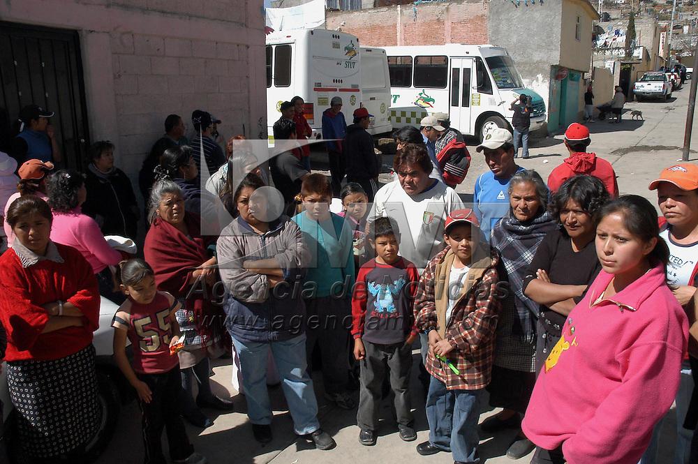 Toluca, Méx.- Familiares de 7 personas lesionadas y dos muertas mantienen retenidos siete autobuses del servicio publico de pasajeros de la linea Sistema de Transporte Urbano de Toluca (STUT) exigiendo la indemnizacion por el atropellamiento ocurrido en el mes de Enero. Agencia MVT / Esteban Fabian. (DIGITAL)<br /> <br /> NO ARCHIVAR - NO ARCHIVE