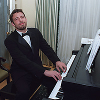 Ben Affleck playfully performs on a piano prior to a charitable event. 2001 ? Photo by Mark Garfinkel