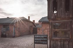 THEMENBILD - Das Stammlager Auschwitz I gehörte neben dem Vernichtungslager KZ Auschwitz II–Birkenau und dem KZ Auschwitz III–Monowitz zum Lagerkomplex Auschwitz und war eines der größten deutschen Konzentrationslager. Es befand sich zwischen Mai 1940 und Januar 1945 nach der Besetzung Polens im annektierten polnischen Gebiet des nun deutsch benannten Landkreises Bielitz am südwestlichen Rand der ebenfalls umbenannten Kleinstadt Auschwitz (polnisch Oświęcim). Teile des Lagers sind heute staatliches polnisches Museum bzw. Gedenkstätte. Im Bild die appell Glocke, aufgenommen am 11.04.2018, Oswiecim, Polen // Auschwitz concentration camp was a network of concentration and extermination camps built and operated by Nazi Germany in occupied Poland during World War II. It consisted of Auschwitz I (the original concentration camp), Auschwitz II–Birkenau (a combination concentration/extermination camp), Auschwitz III–Monowitz (a labor camp to staff an IG Farben factory), and 45 satellite camps. Concentration camp Auschwitz I, Oswiecim, Poland on 2018/04/11. EXPA Pictures © 2018, PhotoCredit: EXPA/ Florian Schroetter