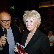 NLD/Amsterdam/20061001 - Uitreiking Blijvend Applaus prijs 2006, Jacques Klöters overhandigd Adele Bloemendaal haar DVD