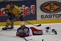 Ishockey   27  mars   2007  - GET ligaen , NM finale 3<br /> Hamar OL-Amfi    <br /> <br /> Foto: Dagfinn Limoseth, Digitalsport <br /> <br /> Storhamar v Vålerenga   4-1<br /> <br /> Regan Kelly , Vålerenga liggende.<br /> Pål Johnsen , Storhamar bak