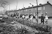 Nederland, Nijmegen, 20-11-1981Sinterklaasintocht in de volkswijk het Waterkwartier . Begeleidt door zwarte pieten en majorettes loopt de sint door de wijk naar het dorpshuis, wijkcentrum .Foto: Flip Franssen