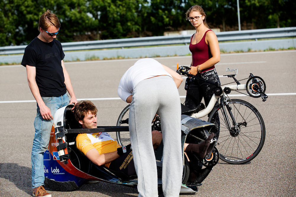 Rik Houwers zit klaar voor de eerste meters in de VeloX V. Op de RDW baan in Lelystad wordt getest met de VeloX 4, de fiets van vorig jaar, en voor het eerst ook met de nieuwste fiets, de VeloX V. In september wil het Human Power Team Delft en Amsterdam, dat bestaat uit studenten van de TU Delft en de VU Amsterdam, een poging doen het wereldrecord snelfietsen te verbreken, dat nu op 133,8 km/h staat tijdens de World Human Powered Speed Challenge.<br /> <br /> At the RDW track in Lelystad the team tests wit the VeloX 4 and for the first time with the VeloX V. With the special recumbent bike the Human Power Team Delft and Amsterdam, consisting of students of the TU Delft and the VU Amsterdam, also wants to set a new world record cycling in September at the World Human Powered Speed Challenge. The current speed record is 133,8 km/h.