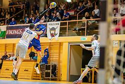 08.03.2019, Sporthalle Leoben Donawitz, Leoben, AUT, spusu HLA, Union JURI Leoben vs HC Linz AG, 6. Relegationsrunde, im Bild v.l.: Klemens Kainmueller (HC Linz AG), Damir Djukic (Union JURI Leoben, Trainer) // during the 6th Relegation round of spusu Handball League Austria match between Union JURI Leoben and HC Linz AG at the Sporthalle Leoben Donawitz in Leoben, Austria on 2019/03/08. EXPA Pictures © 2019, PhotoCredit: EXPA/ Dominik Angerer