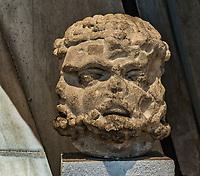 Trifrons.<br /> Lemusee gallo-romain de Lyona ete construit pres des theatres romains, sur la colline deFourviere, situee autrefois au cœur de la cite romaine de Lugdunum. <br /> Capitale de la province Lyonnaise, c etait une cite gallo-romaine importante et prospere qui a laisse de nombreux vestiges.<br /> Le musee actuel, construit par l architecteBernard Zehrfussa ete inaugure en 1975. Le batiment est inscrit en bordure du site antique, enterre sous la colline de fourviere.Les deux monuments majeurs de la cite : le theatre et l odeon, sont desormais integres au secteur classePatrimoine Mondialpar l UNESCO.A l interieur, on y accede par une rampe en beton brut descendant en spirale et se ramifiant vers des paliers destines a l exposition des collections du musée.<br /> Ce musee reçoit a peu pres 100 000 visiteurs par an.