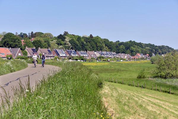 Nederland, the Netherlands, Wageningen, 14-5-2018 De Grebbedijk bij Wageningen . Deze loopt over in de natuurlijke waterkering van de Grebbeberg . In natuurgebied de Strtang heeft het water van de Nederrijn vrij spel. Hierdoor is de natuur er voortdurend in beweging. Foto: Flip Franssen