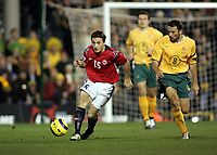 Fotball, 16.november 2004, Privatlandskamp, Norge - Australia ,   Josip Skoko, Australia ,  og Ardian Gashi , Norge