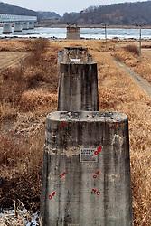 THEMENBILD - Die demilitarisierte Zone (DMZ) ist eine entmilitarisierte Zone. Sie teilt die Koreanische Halbinsel in Nord- und Südkorea und wurde nach dem drei Jahre dauernden Koreakrieg im Jahre 1953 eingerichtet. Die DMZ ist 248 Kilometer lang und ungefähr vier Kilometer breit. In ihrer Mitte verläuft die Militärische Demarkationslinie (MDL), die Grenze zwischen Nord- und Südkorea. Die DMZ wird von der aus Vertretern beider Seiten bestehenden Waffenstillstandskommission MAC (von engl. Military Armistice Commission) verwaltet. Das Betreten der DMZ ohne Genehmigung der Waffenstillstandskommission ist beiden Seiten grundsätzlich untersagt. Hier im Bild Friedensbrücke (Bahnbrücke). Aufgenommen am 28. Februar 2018 // The Korean Demilitarized Zone (DMZ) is a strip of land running across the Korean Peninsula. It is established by the provisions of the Korean Armistice Agreement to serve as a buffer zone between the Democratic People's Republic of Korea (North Korea) and the Republic of Korea (South Korea). The demilitarized zone (DMZ) is a border barrier that divides the Korean Peninsula roughly in half. It was created by agreement between North Korea, China and the United Nations in 1953. The DMZ is 250 kilometres (160 miles) long, and about 4 kilometres (2.5 miles) wide. In the Picture: Freedom Bridge. DMZ on 28th February 2018. EXPA Pictures © 2018, PhotoCredit: EXPA/ Johann Groder