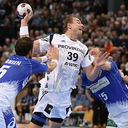 Kiel, 23.12.14, Sport, Handball, Bundesliga, Saison 2014/15, 19. Spieltag, THW Kiel - HSV Handball : Filip Jicha (THW Kiel, #39) setzt sich durch gegen Torsten Jansen (HSV Handball, #5), Henrik Toft Hansen (HSV Handball, #15)<br /> <br /> Foto © P-I-X.org *** Foto ist honorarpflichtig! *** Auf Anfrage in hoeherer Qualitaet/Aufloesung. Belegexemplar erbeten. Veroeffentlichung ausschliesslich fuer journalistisch-publizistische Zwecke. For editorial use only.