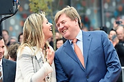 Koning Willem-Alexander en koningin Maxima bij basisschool De Vijfmaster tijdens de jaarlijkse Koningsspelen. //// King Willem-Alexander and Queen Maxima at elementary school De Fivemaster during the annual Royal Games.<br /> <br /> Op de foto / On the photo:  Koning Willem-Alexander en koningin Maxima bij de sportactiviteiten // King Willem-Alexander and Queen Maxima in sports activities