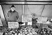Nederland, Beuningen, 10-11-1980Op de markt staat een fruitverkoper in zijn kraam. Hij verkoopt onder anderen appels van de soort Elstar die sinds 1975 op de markt zijn, en dus relatief nieuwals soort