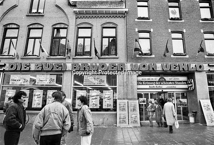 Nederland,Venlo, 10-12-1985  Serie beelden gemaakt voor twaalf verhalen in het blad Intermediair eind 1985, begin 1986 over de staat van de nederlandse economie per provincie . De winkel van de Zwei bruder von Venlo waar veel Duitsers goedkoop inkopen doen, vooral koffie en thee . Gulden, Mark. De computer deed voorzichtig zijn intrede, er bestond geen mobiele telefoon, gsm, of internet . De analoge maatschappij . Transitie naar het computertijdperk en automatisering, robotisering . Foto: Flip FranssenWinkel Die zwei gebrüder von Venlo, een warenhuis gericht op consumenten uit Duitsland. Winkels in de grensstreek hopen op meer omzet door bezoek van onze oosterburen. Zwei Bruder is al tientallen jaren een begrip in Venlose binnenstad . 2 Brüder heeft ruim tweehonderd medewerkers in dienst. In 2019 werd de naam van het bedrijf veranderd van Die 2 Brüder von Venlo in kortweg 2 Brüder. Foto: Flip Franssen