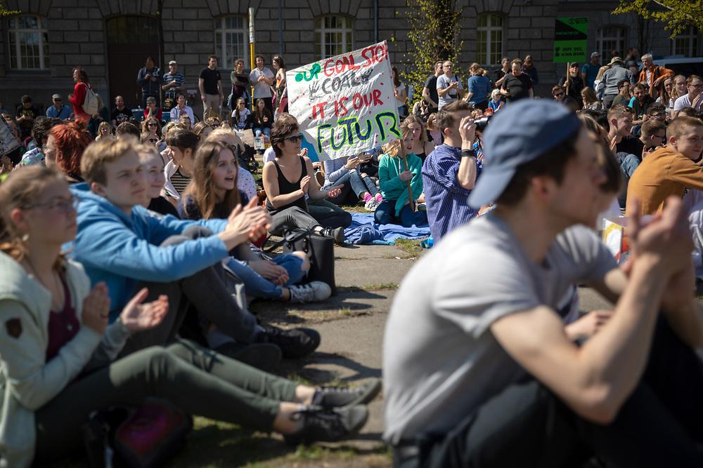 Über 500 Menschen beteiligen sich am Karfreitag in Berlin an einem Klimastreik-Picknick für mehr Klimaschutz. Die Demonstranten fordern, die Ziele des Pariser Klimaabkommens einzuhalten und die Erderwärmung auf 1,5 Grad zu begrenzen. Vorbild für die Streikenden ist die schwedische Schülerin G r e t a  T h u n b e r g, die bereits seit Monaten jeden Freitag vor dem schwedischen Parlament für Klimaschutz protestiert. <br /> <br /> [© Christian Mang - Veroeffentlichung nur gg. Honorar (zzgl. MwSt.), Urhebervermerk und Beleg. Nur für redaktionelle Nutzung - Publication only with licence fee payment, copyright notice and voucher copy. For editorial use only - No model release. No property release. Kontakt: mail@christianmang.com.]