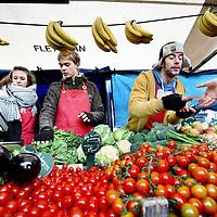 Nederland, Amsterdam , 7 april 2012..Groente en fruitkraam tijdens de  boerenmarkt op Noordermarkt..Foto:Jean-Pierre Jans