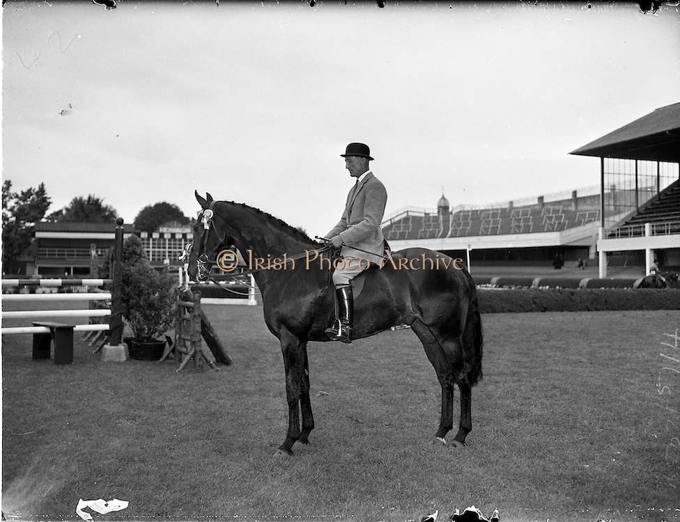 "03/08/1960<br /> 08/03/1960<br /> 03 August 1960<br /> R.D.S Horse Show Dublin (Wednesday).Mr. N. Galway-Greer's ""Superb"" judged Supreme Champion Hunter at the Dublin Horse Show, ridden by Mr Jack Gitten.."