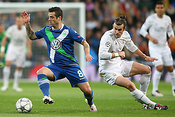 12.04.2016, Estadio Santiago Bernabeu, Madrid, ESP, UEFA CL, Real Madrid vs VfL Wolfsburg, Viertelfinale, Rueckspiel, im Bild Real Madrid's Garet Bale (r) and WfL Wolfsburg's Vieirinha // during the UEFA Champions League Quaterfinal, 2nd Leg match between Real Madrid and VfL Wolfsburg at the Estadio Santiago Bernabeu in Madrid, Spain on 2016/04/12. EXPA Pictures © 2016, PhotoCredit: EXPA/ Alterphotos/ Acero<br /> <br /> *****ATTENTION - OUT of ESP, SUI*****