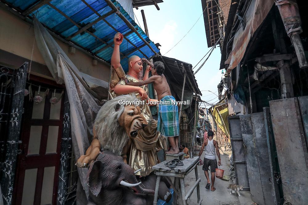 20171028 Kolkata Calcutta Indien<br /> Kumartuli<br /> Stadsdelen där man gör alla skulpturer och statyer till festivaler och tempel<br /> Otroligt duktiga hantverkare och konstnärer<br /> ----<br /> FOTO : JOACHIM NYWALL KOD 0708840825_1<br /> COPYRIGHT JOACHIM NYWALL<br /> <br /> ***BETALBILD***<br /> Redovisas till <br /> NYWALL MEDIA AB<br /> Strandgatan 30<br /> 461 31 Trollhättan<br /> Prislista enl BLF , om inget annat avtalas.