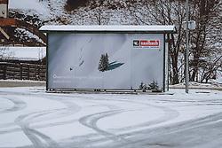THEMENBILD - ein Saalbach Hinterglemm Werbeplakat an einer Bushaltestelle. Davor Spuren im Schnee auf einem leeren Parkplatz. Der Weltcup- und Tourismusort Hinterglemm im Salzburger Land ist während des Lockdowns Menschenleer, aufgenommen am 16. Februar 2021, Hinterglemm, Österreich // a Saalbach Hinterglemm advertising poster at a bus stop. In front of it, tracks in the snow on an empty car park. The World Cup and tourist resort of Hinterglemm in the Salzburger Land is deserted during the lockdown on 2021/02/16, Hinterglemm, Austria. EXPA Pictures © 2021, PhotoCredit: EXPA/ Stefanie Oberhauser