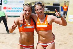 11-06-2013 VOLLEYBAL: GRAND SLAM BEACHVOLLEYBAL : SCHEVENINGEN<br /> Laura Bloem en Rimke Braakman winnen hun eerste wedstrijd in de kwalificaties<br /> ©2013-FotoHoogendoorn.nl / Pim Waslander