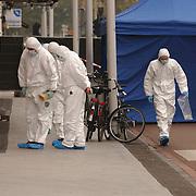 Moord Theo van Gogh Linnaeusstraat Amsterdam, technische recherche, overkapping, laken, lijk, lichaam, witte pakken, mondkapje, zoeken, fzetting, onderzoek,