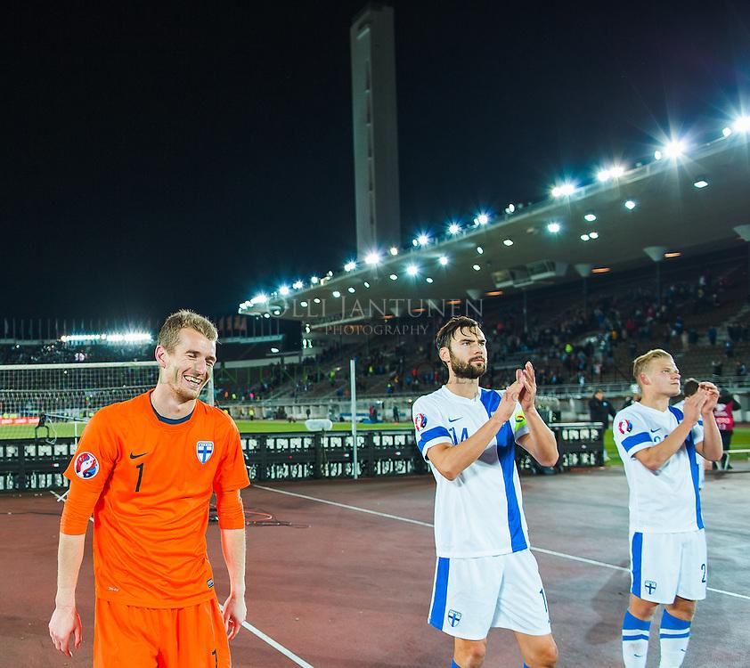 Lukas Hradecky (vas.) hymyilee EM2016-karsintaottelun Suomi - Pohjois-Irlanti jälkeen. Olympiastadion, Helsinki, Suomi. 11.10.2015.