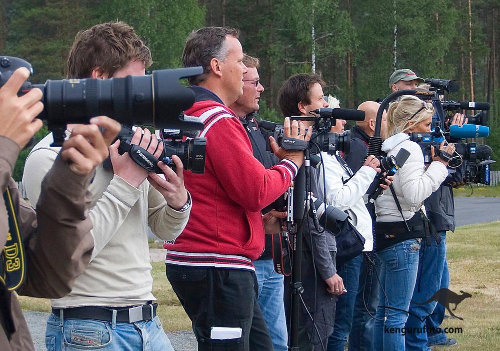 MYKLAND 20080613:<br /> Det var et stort presseoppbud på Mykland da justis- og landbruksministeren ankom brannområdet fredag. Fotografer og videofotgrafer på rekke og rad.<br /> Foto: Tor Erik Schrøder / SCANPIX