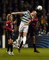 Fotball<br /> Champions League 2004/05<br /> Celtic v  AC Milan<br /> 7. desember 2004<br /> Foto: Digitalsport<br /> NORWAY ONLY<br /> Celtic's John Hartson (C) beats Milan's Alessandro Nesta (R) in the air as Fabricio Colocini looks on