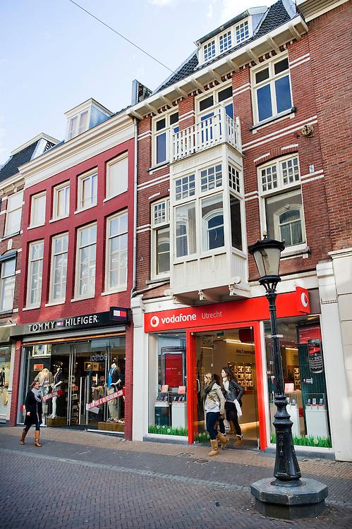Nederland, Utrecht, 31 maart 2010.In winkelstraten zoals de binnenstad van Utrecht is slechts 1 procent van de winkels in handen van zelfstandige ondernemers. De rest is in handen van ketens die overal in alle steden en dorpen ook winkels hebben. Dat is slecht voor de eigen identiteit van steden. Een rapport hierover werd vandaag aan de Utrechtse burgemeester Wolfssen overhandigd..Telefoonwinkels domineren rond rond de uitgang van Hoogh Catharijne. .Foto Michiel Wijnbergh