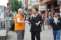 DEU, Deutschland, Germany, Berlin, 25.08.2011:<br />Cem Özdemir, Bundesvorsitzender von BÜNDNIS 90/DIE GRÜNEN, <br />im Gespräch mit einem Passanten am Wahlkampfstand der Partei in der Potsdamer Strasse.