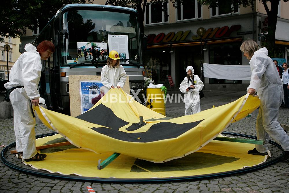 BI on Tour - Bus-Tour der Bürgerinitiative Umweltschutz Lüchow-Dannenberg im Sommer 2009. Mit einen Reisebus tourte die BI einen Monat lang durch Deutschland, um auf die drohende Verlängerung der Laufzeiten von AKW im Falle eines Wahlsigs von CDU und FDP aufmerksam zu machen. <br /> <br /> Ort: München<br /> Copyright: Andreas Conradt<br /> Quelle: PubliXviewinG